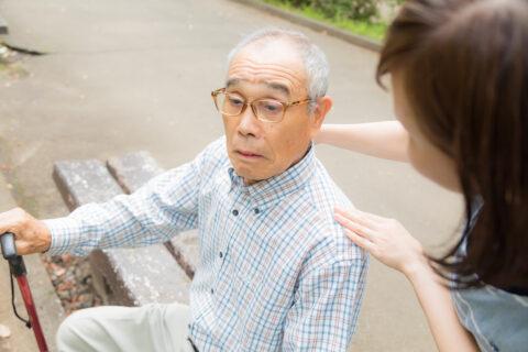 介護士が高齢者に話しかける
