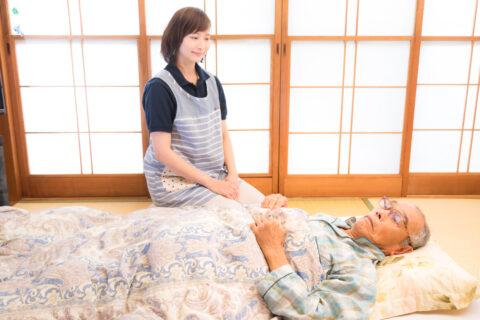 介護士が利用者を見守る