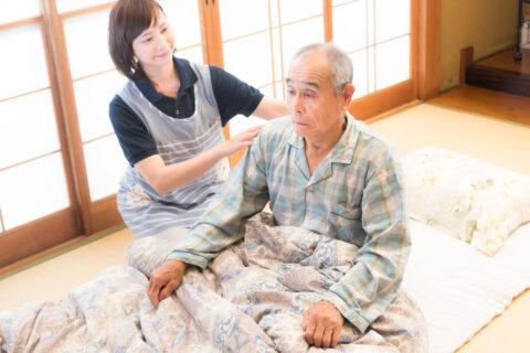 介護士が高齢者の介助を行う
