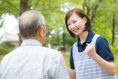 介護士が高齢者を励ます