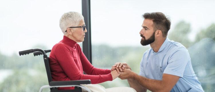 介護離職をした人に介護職をおすすめする理由